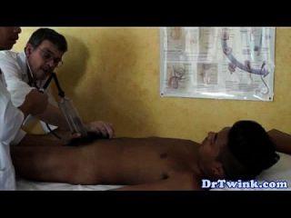 dr twink e assistente dão ao paciente um bj