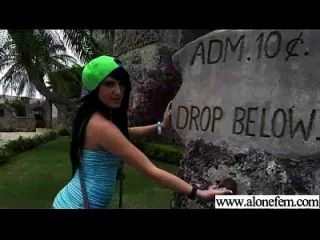 garota amadora acostada solo com brinquedos de consolador no buraco video 03