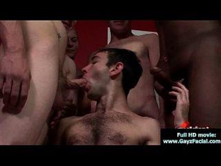 garotos gays de bukkake ficam cobertos com um monte de cum 18
