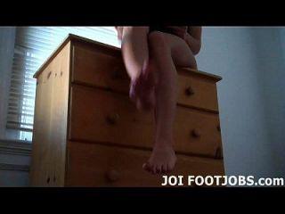 olhe meus pés e acaricie seu galo duro