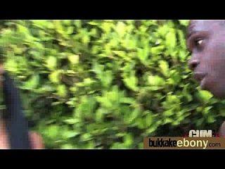 Ebony é fodido em todos os buracos por um grupo de gajos brancos 3