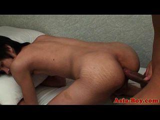 Os adolescentes asiáticos têm um pouco de diversão anal