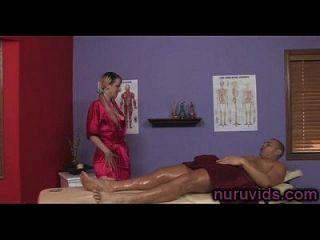 linda busty blonde dá uma boa massagem