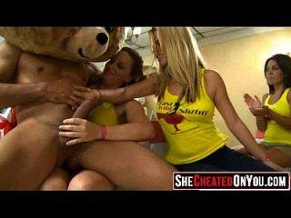 17 meninas de festa fodendo no clube com strippers 12