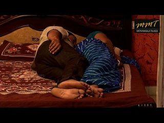 mulher indiana compartilhando cama com o amigo do marido quando o marido morreu profundamente