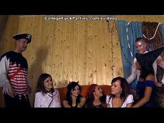 festa temática de terror com cena de garotas da faculdade impertinente 1