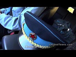 mulher policial busty bateu no carro no campo