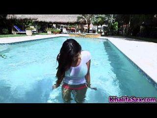 Babe musculoso quente leone ensolarado com mamas maciças fodidas na piscina
