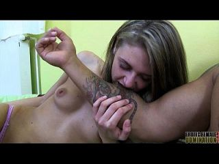 Vídeo de fetiche mordaz de uma magistral dominadora