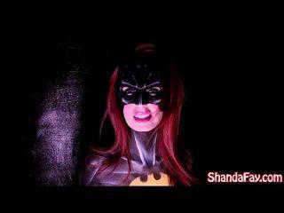 O milf japonês Shanda Fay é batgirl e sai com grande brinquedo!