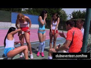 quatro legal age adolescentes trashy fodem dois caras no campo de tênis ao ar livre