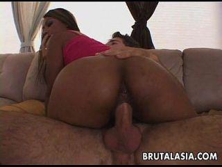 A prostituta asiática bronzeada dá seus mais preciosos buracos