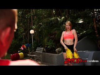 cheerleader legal age adolescente de morango e loira leva-a em seu creampie de bichano