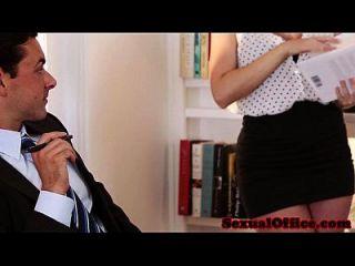 secretário de escritório elegante em lábios foda chefe