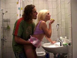 follando com mi hermano no banheiro