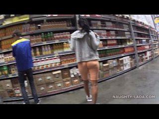 Cameltoe e piscando no supermercado