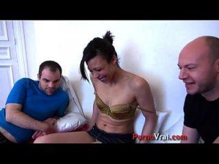 la beurette baise avec 2 gars en cachette de son mari !! amador francês
