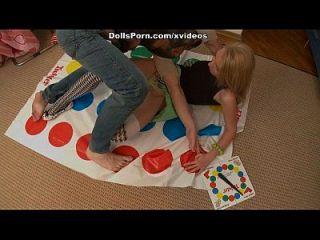 Twister e brinquedos sexuais para uma cena blonde quente 2