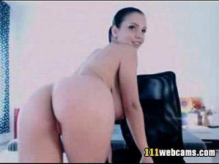 beleza grande se masturba com um vibrador na webcam