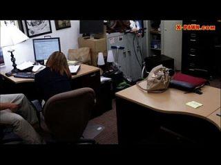 mulher de negócio busty enrolada pelo peão homem na casa de penhores
