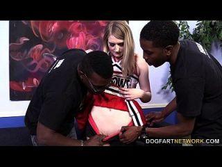 Summer Carter é fodido por três negros