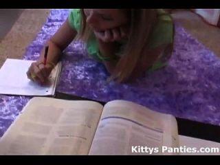 nerdy science geek kitty fazendo sua lição de casa