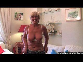Granny britânica com grandes seios se masturba com sua coleção de brinquedos sexuais