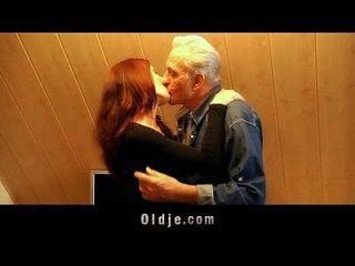o velho recebe agradecimento sexual por bichano jovem
