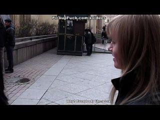 mulher foda na boca e bunda no banheiro