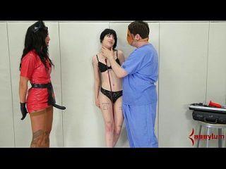 charlotte sartre obtém tratamento anal áspero na sala de pysch