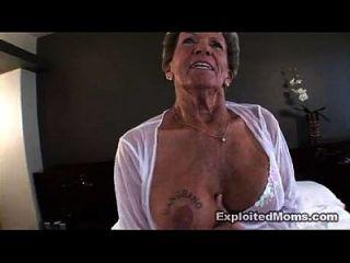 velha avó leva um grande galo preto no seu video anal