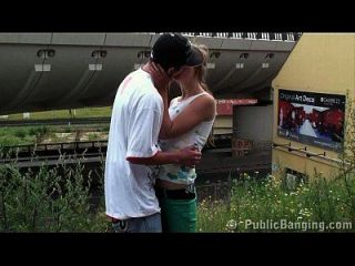 jovem gangbang público adolescente em uma estação de trem