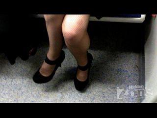 garota sem calcinha.