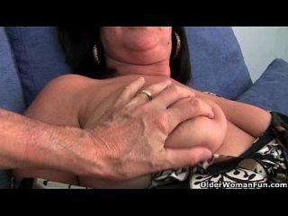 Mamãe do futebol britânico abigale com seus grandes peitos fica com os dedos
