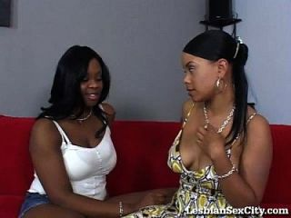 duas lésbicas de ébano comendo coce