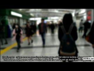 Placas de escola escolar japonesas treinam para experiência de chikan real