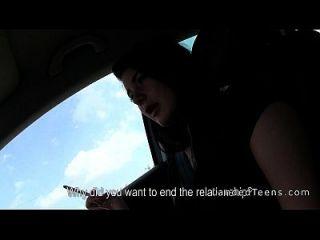 adolescente estranho dando mão no carro durante a condução