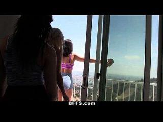As meninas da faculdade tocam nus Twister durante o verão