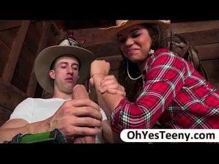 Gabriella adolescente é divertir-se com um grande cowboy e ela é fodida