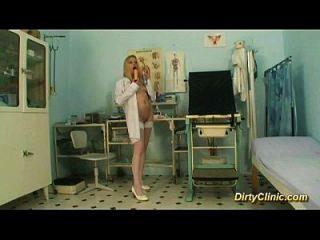 blonde sexy enfermeira passeia galo