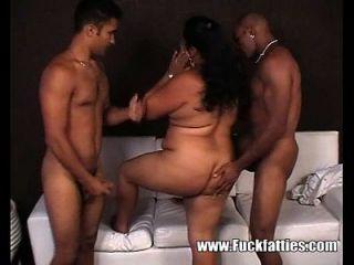 Latina sexy e gorda fodida em ambos os buracos com gatos pretos