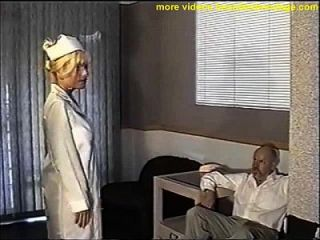 Bola de enfermeira busty amordaçada e peitoral acariciada