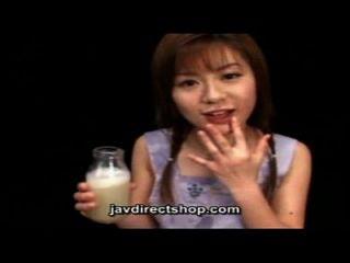 asiático bebe uma garrafa de cum