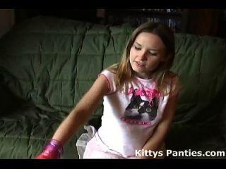 pequena gatinha adolescente piscando sua calcinha em minissaia minúscula