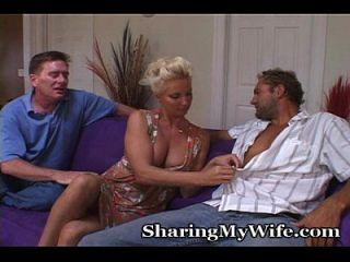 Casal maduro convida amigo para