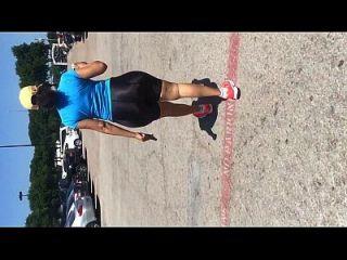 latina madura com mega booty em shorts de spandex brilhante