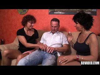 Milenses alemães bissexuais compartilham galo