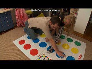 Twister e brinquedos sexuais para uma cena blonde quente 1