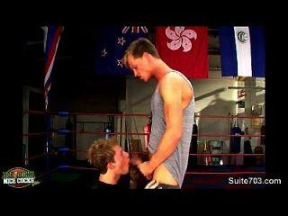 Jóias de boxe fazendo sexo na academia