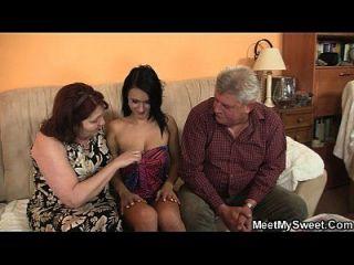 o namorado dela vem no meio de uma família com sua família